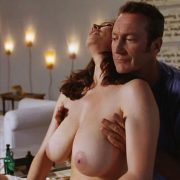 Mimi Rogers desnuda y Bryan Brown en una escena de 'Full Body Massage'