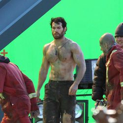 Henry Cavill pasea por el set de 'Superman: Man of Steel'