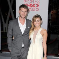 Liam Hemsworth y Miley Cyrus en la alfombra roja de los People Choice Awards 2012