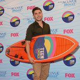 Zac Efron con su tabla de surf en los Teen Choice Awards 2012