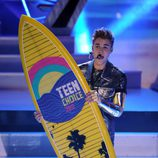 Justin Bieber con su tabla de surf de los Teen Choice Awards 2012