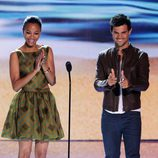 Zoe Saldana y Taylor Lautner en los Teen Choice Awards 2012
