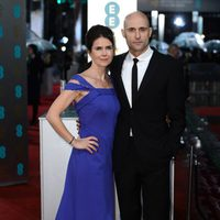 Liza Marshall y Mark Strong en los BAFTA 2013