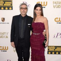 Alfonso Cuarón y Sandra Bullock a su llegada a la gala de los Critics' Choice Movie Awards 2014
