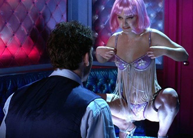 Sensual baile de Natalie Portman en ropa interior y con peluca rosa en 'Closer'