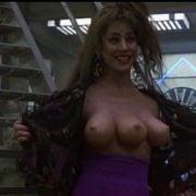 Mujer con tres pechos en una escena de la cinta de ciencia ficción 'Desafío total'