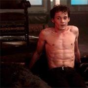 Anton Yelchin con el torso desnudo en una escena de 'Noche de miedo'