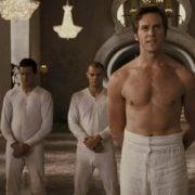 Armie Hammer con el torso desnudo en una escena de 'Blancanieves'