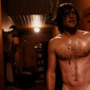 Sam Worthington con el torso desnudo en una escena de 'MacBeth'