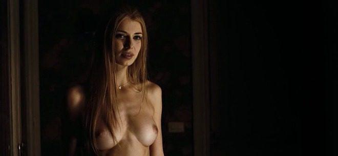 Natasha Yarovenko desnuda mostrando los pechos en 'Room in Rome'