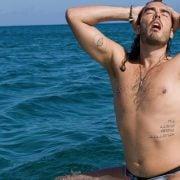 Russell Brand con el torso desnudo en una escena de la comedia 'Paso de ti'