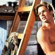 Brad Pitt con el torso desnudo en una escena de la comedia 'El favor'
