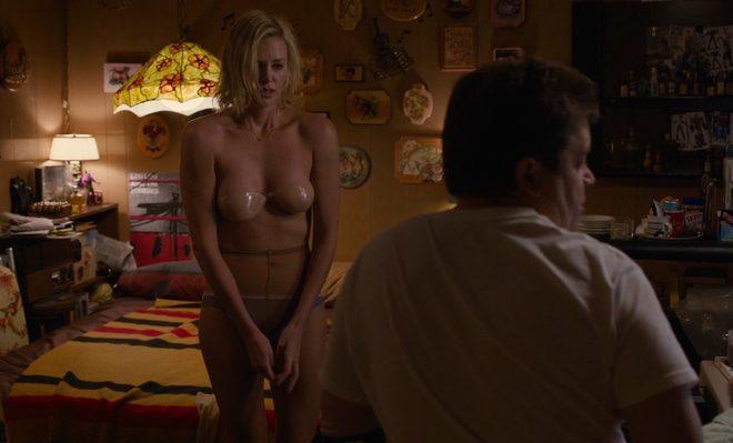Charlize Theron semi desnuda en ropa interior en una escena de 'Young adult'