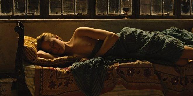 Evan Rachel Wood duerme desnuda en una escena de 'Across the universe'