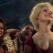 Jennifer Jason Leigh con el pecho desnudo en 'Última salida Brooklyn'