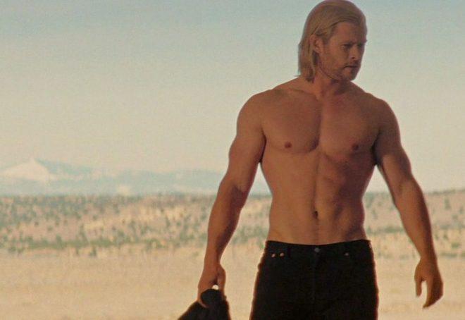 Chris Hemsworth con el torso desnudo en una escena de 'Thor'