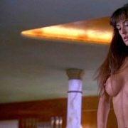 Demi Moore con los pechos desnudos en una escena de 'Striptease'