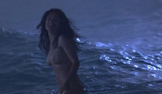 Salma Hayek desnuda en el mar en una escena de 'Pregúntale al viento'