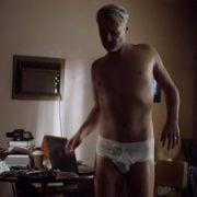 Julian McMahon desnudo en 'Hunters' muestra el culo