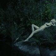 Kirsten Dunst tumbada desnuda en una imagen de 'Melancolía'