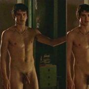Yon Gonzalez desnudo en una escena de 'Mentiras y gordas', con Mario Casas