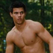 Taylor Lautner muestra el pecho desnudo en una escena de 'Luna nueva'