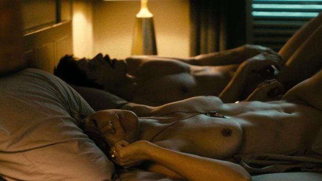 Belleza en topless en jeans en la televisión erótica de reino unido 2