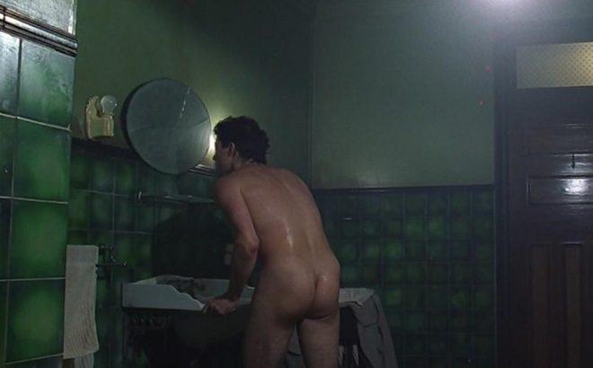 Rufus Sewell muestra su trasero en 'Dark City'