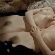 Paloma Picasso y Pascale Christophe tienen sexo lésbico desnuda en 'Cuentos inmorales'