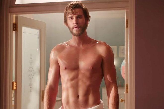 Liam Hemsworth con el torso desnudo en '¿No es romántico?'