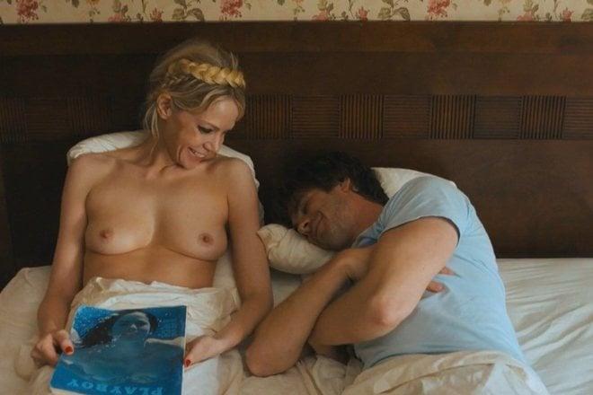 Riki Lindhome con el pecho desnudo en 'Lo que esconde Silver Lake'