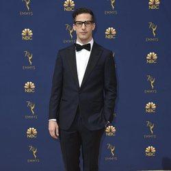 Andy Samberg en la alfombra roja de los Emmy 2018