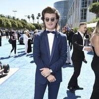 Joe Keery en la alfombra roja de los Emmy 2018