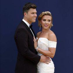 Scarlett Johansson y Colin Jost en la alfombra roja de los Emmy 2018