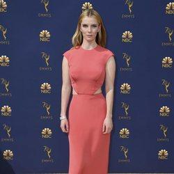 Betty Gilpin en la alfombra roja de los Emmy 2018
