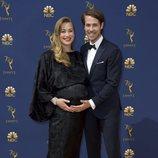 Yvonne Strahovski y Tim Loden en la alfombra roja de los Emmy 2018