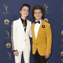 Gaten Matarazzo y Noah Schnapp en los Emmy 2018