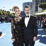 Antonio Banderas y Nicole Kimpel en la alfombra roja de los Emmy 2018