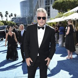 Alec Baldwin en la alfombra roja de los Emmy 2018