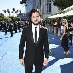Kit Harington en la alfombra roja de los Emmy 2018