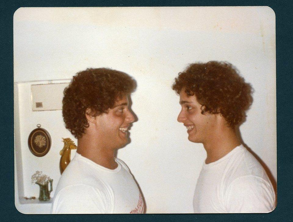Tres idénticos desconocidos, fotograma 3 de 4