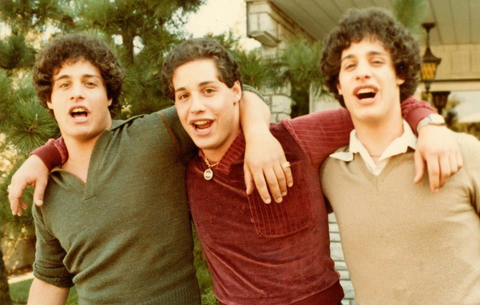 Tres idénticos desconocidos, fotograma 2 de 4