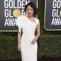 Sandra Oh at the Golden Globes 2019 red carpet