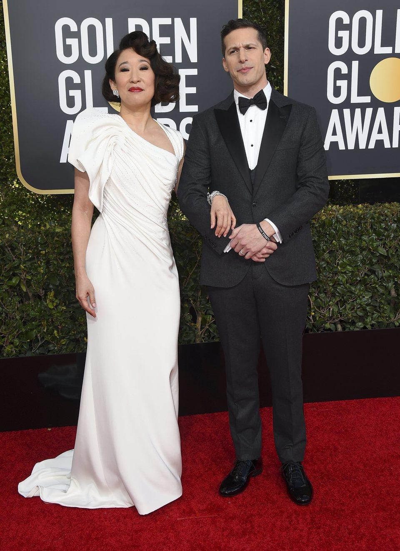 Andy Samberg y Sandra Oh en la alfombra roja de los Globos de Oro 2019