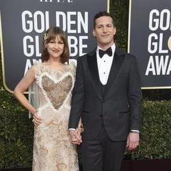 Andy Samberg y Joanna Newson en la alfombra roja de los Globos de Oro 2019