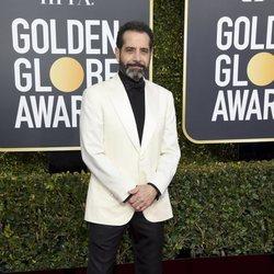Tony Shalhoub en la alfombra roja de los Globos de Oro 2019