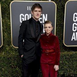 Elsie Fisher y Bo Burnham en la alfombra roja de los Globos de Oro 2019