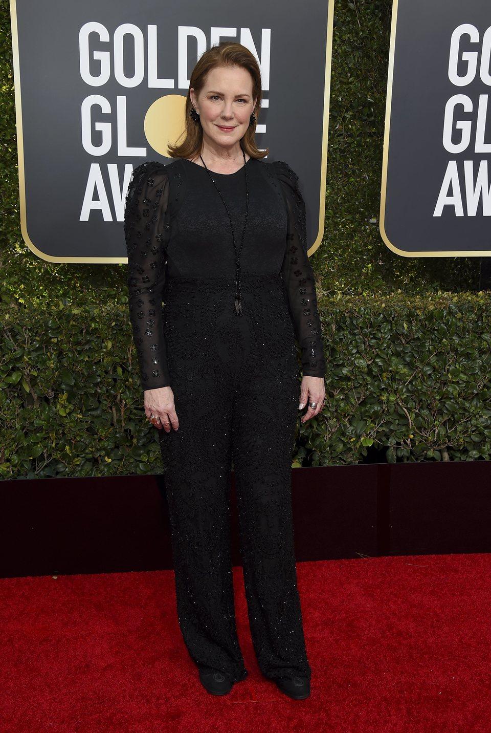 Elizabeth Perkins en la alfombra roja de los Globos de Oro 2019