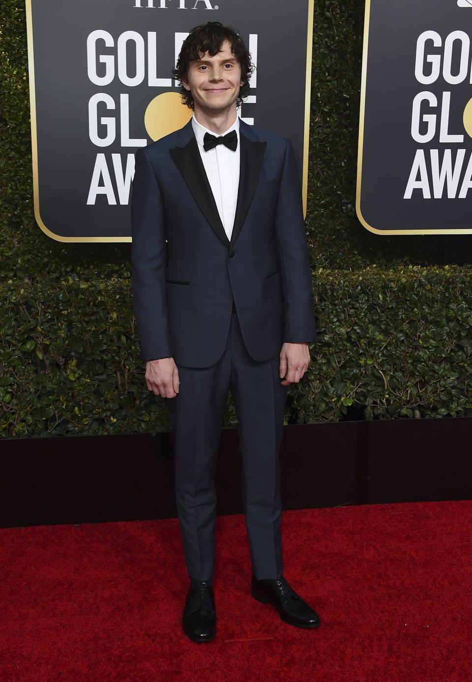 Evan Peters en la alfombra roja de los Globos de Oro 2019