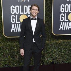 Joe Alwyn en la alfombra roja de los Globos de Oro 2019